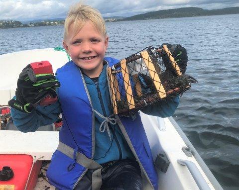 KREPSING: Tobias Sønsterud Rabbe hentet opp kreps i Steinsfjorden mandag morgen, men det var mer i fjor.