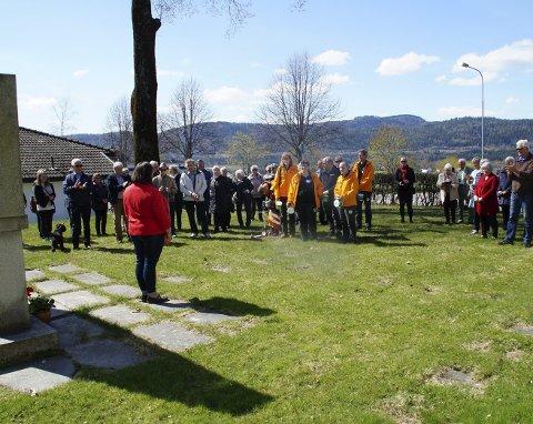 Tilhørere: Cirka 40 personer var samlet ved bautaen i Sande 1. mai. Sande Ap-leder Kristine Flåtten talte.