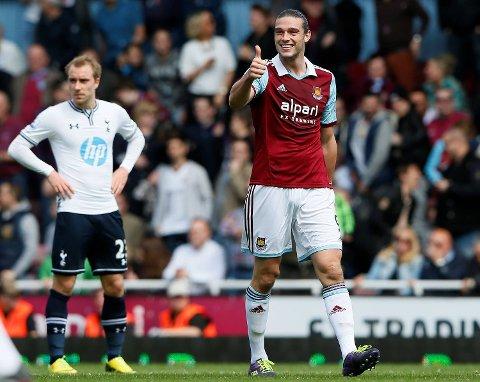 Her gliser Andy Carroll i West Hams 2-0-seier over Tottenham i mai 2014. Søndag møtes de to London-rivalene i en meget åpen, og meget viktig kamp. I bakgrunnen Christian Eriksen.