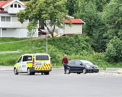 Mannen som har bodd i en parkert bil fikk pålegg av politiet å fjerne seg. Det gjorde han ikke.