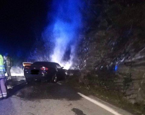 BILBRANN: Politiet fekk melding om brann i ein bil klokka 23.23. Føraren fekk lettare skader.