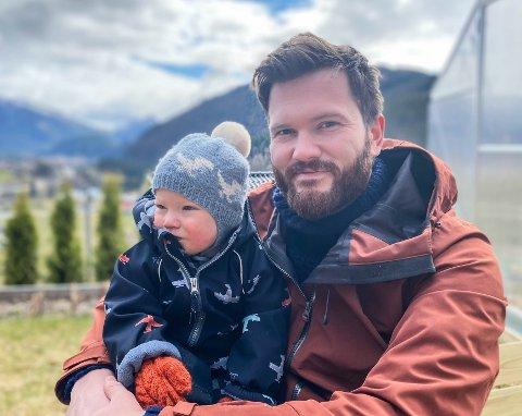 MEIR TID: Trygve Hallberg sin nye jobb gjer at han får meir tid saman med sonen sin Jakob (18md.).