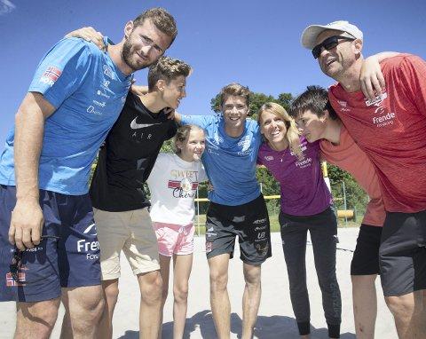 Volleyballfamilie: Kåre Mol (t.h.) har sammen med familien viet livet til volleyball.FOTO: HALLGEIR VÖGENES, VG