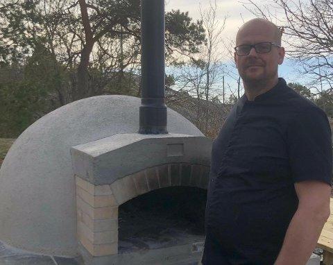 Pizzaovnen er klar for å servere steinovnspizza og brød til kundene. I tillegg tilbyr Dennis Van Voornveld mer eksotisk mat. Foto: Nina Haugland