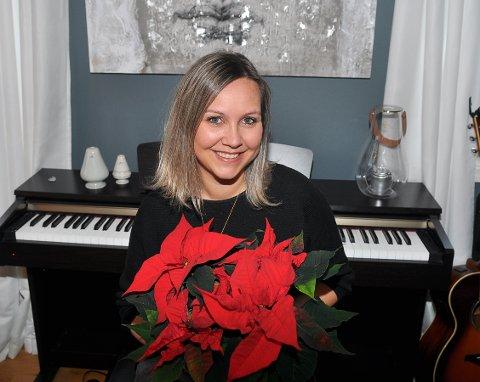 Cathrine Brandvik Haukenes mottar TKs julestjerne for sin innsats som korleder i Frei barnekor.