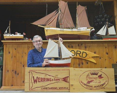 STORT UTVALG: - Museet har stort modellutvalg av klassiske slofart-skuter, viser leiar i Bøfjorden Historielag, Bernt Bøe. - Kassafabrikken på Bølandet var også ein del av kleppfisk-eventyret hos Werring og Jangaard i gamle dagar, seier han.