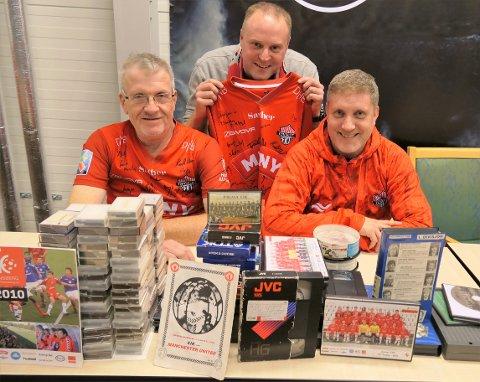 FKT-GUTTA: Bunker med VHS-videoer og DV-er med fotballinnhold skal nå sikres for fremtiden. Fra venstre: Magnus Fogstad, Jan Einar Skotte og Bjørnar Langaas.
