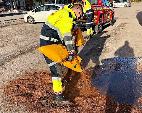 BARK: Brannvesenet jobbet søndag ettermiddag med å begrense skaden av forurensningen, blant annet med hjelp av absorberende bark.