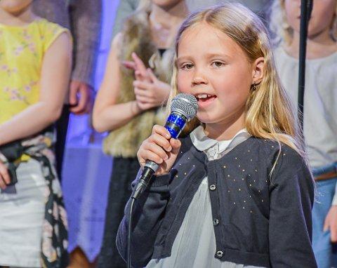 Ung solist: Julie i barnekoret Gnisten var første solist på festen.