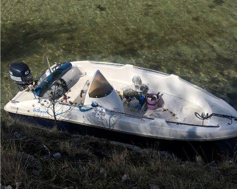 Båten: Denne båten har dukket opp på Borøya. Politiet i Agder har delt bildet.