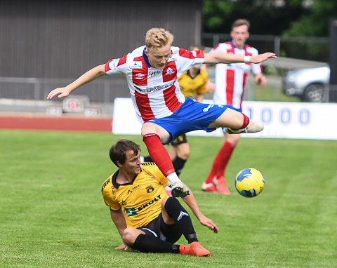 DRIBLEFANT: Oliver Konstantin Thomassen er bare 17 år, men tar godt for seg på seniornivå for Kvik Haldens A-lag.