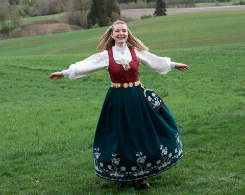 SVINGER SEG I BUNADEN: Anne Hjørnegård Bjerke (24) synes det er topp å bruke bunaden på fest i Norges Bygdeungdomslag.