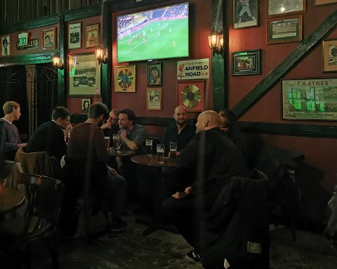 Det var mye liv på Queens pub i Brugata under landskampen fredag kveld.