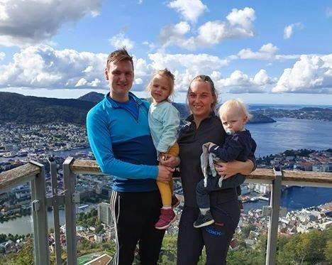 Andreas Lygre og Cecilie Lillemoen valde å utsette bryllaupet dei hadde planlagt til 18. juli. Her saman med dei yngste borna, Isabella og Noah.