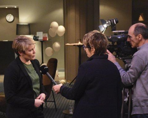 Belgisk tv: Lucie Dendooven og fotograf Michel Techy fra belgiske RTBF intervjuer her Mari Hagerup i Digitalradio Norge om overgangen fra FM til DAB i Norge. Foto: Aleksander Ramberg