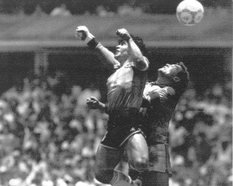 Det ikoniske bildet av da Diego Maradona brukte hånden for å sende Argentina i ledelsen mot Peter Shilton og England. (Arkivfoto: NTB scanpix)
