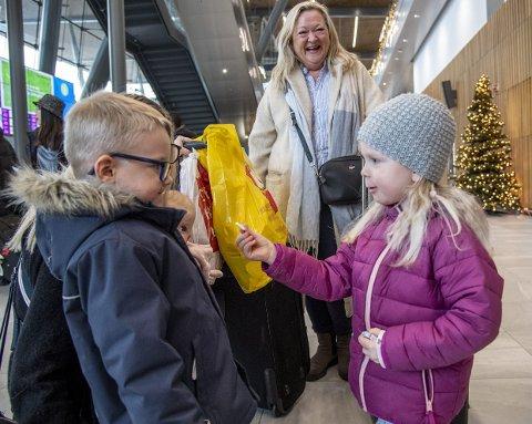 LYKKE: Eva Johanne (3) treffer igjen fetter Waldemar (4), som ikke synes noe særlig om klemming. – Men hva med en tyggis?