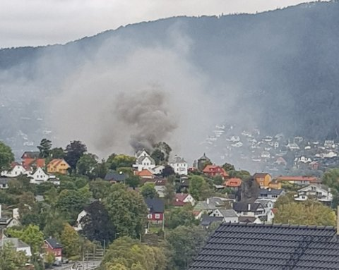 Flere BA-tipsere har sendt inn bilde av at den massive røykutviklingen på Hop, men det er bare en brannøvelse.