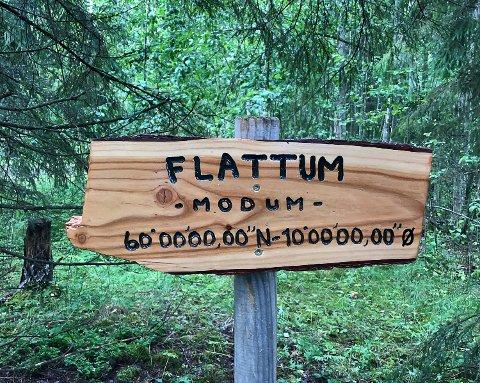 SKILTET: På Drolsum har dette skiltet kommet opp for å vise et sjeldent geografisk punkt.