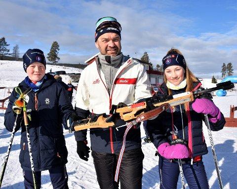 FIKK GODE TRENER-RÅD: Av Dag Bjørndalen. 13-åringene Mathias Løvset Strand og Ane Solum Lien gjorde det skarpt i sine klasser. Sigdølingene satte pris på tipsene fra NTG-trener Bjørndalen før rennet.