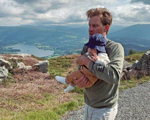 LANGTUR: Da Daniel Ingebo fra Solbergelva ble spurt om å sitte barnevakt for søsteren på Voss var han ikke vond å be. Han tok i tillegg med seg den åtte måneder gamle nevøen på fjelltur.