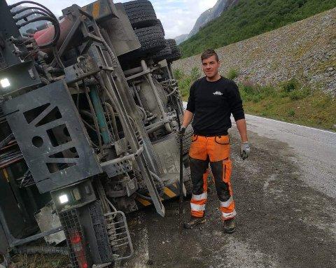 KREVJANDE: Store, tunge køyretøy kan ofte vere krevjande å berge. Her ser vi Simen Fløtre i sving med lastebilen som velta på riksveg 5 torsdag.
