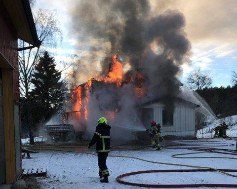 OVERTENT: Huset på ein gard i Luster har blitt totalskadd etter at det begynte å brenne onsdag.