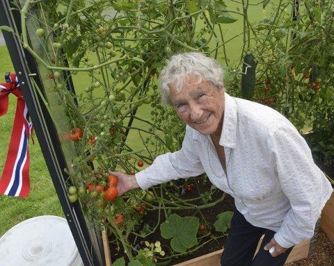 – Toppers! Bjørg Berntsen elsker å holde på med plantene i drivhuset på Glemmen sykehjem, slik hun gjorde i yngre dager.foto: tonje holter