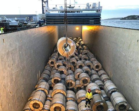 Det går betydelige mengder stål over Fredrikstad havn, og en stor del av dette kommer i form av ruller, eller coils som vi kaller det. Det er ukentlige leveranser av coils til Fredrikstad, og i 2019 ble det tatt inn 62.000 tonn (ca 6000 stk) coils over Borg Havn. Vareeier, Norsk Stål Tynnplater AS, holder til på Øra og er heleid av TATA Steel, som er en av Europas ledende stål produsenter. Stålet kommer i mange forskjellige dimensjoner og kvaliteter, totalt ca. 350 varianter. Etter bearbeiding går stålet videre, i form av plater eller bånd, til mekanisk- eller bygningsindustri. Det meste av coilen kommer fra Storbritannia og Nederland med egne «coastere», men det hender at det også kommer coils med den ukentlige NRL linjen fra Rotterdam (Wilson). En del av disse coilene kommer fra Tyskland, og transporteres med jernbanen eller med kanal lektere ned Rhinen til havnebyene ved elveutløpet, Duisburg og Rotterdam.