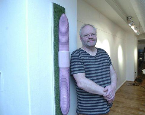 Karl-Gustav Gjertsen stiller ut både skulpturer og grafikk. Her sammen med sin «Metermark».  Foto: Jan Erik Teigen