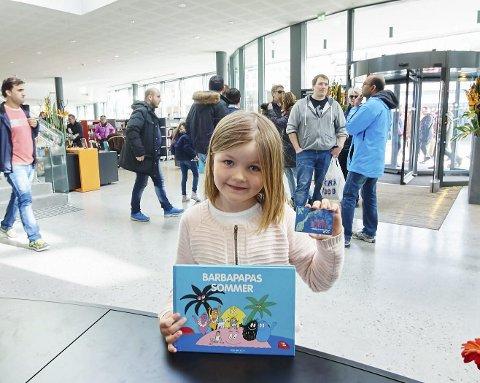 FØRSTE: Dorthe Marie Janson (7) fikk sitt første lånekort lørdag. Det var hun ikke alene om. Hundre nye lånekort ble skrevet ut i helga. Ikke bare til folk fra Narvik, men skuelystne fra nabokommunene var også på plass. Alle foto: Kristoffer Klem Bergersen