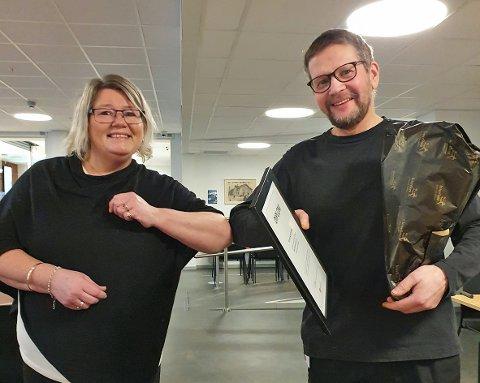PRISVINNER: Leder for Fagforbundet Narvik Monica Kiltorp kunne fornøyd dele ut prisen til Peter Notstrand.
