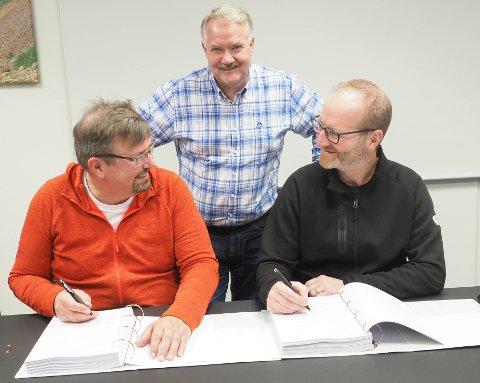MER ENN 50 MILLIONER: Prosjektsjef i Bane Nor, Stein-Hugo Steffensen og eier og daglig leder i A. Markussen, Florian Aschwanden, signerte torsdag en kontrakt verdt mer enn 50 millioner kroner i forbindelse med utvidelse av Narvikterminalen. Prosjektleder Tor Gunnar Pedersen forteller at det nå skal lyses ut flere anbud på det mer enn 300 millioner kroner store prosjektet.