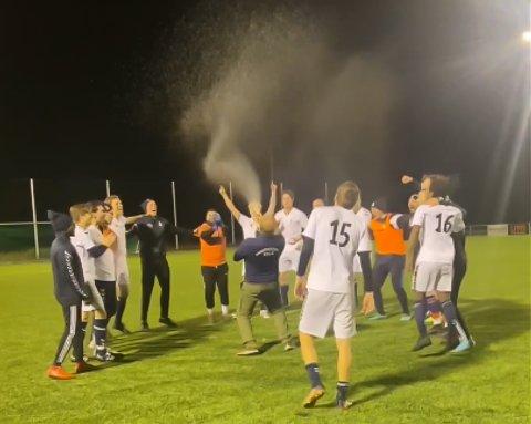 FEIRING: Falk fotball kunne feire etter opprykk til 5. divisjon.