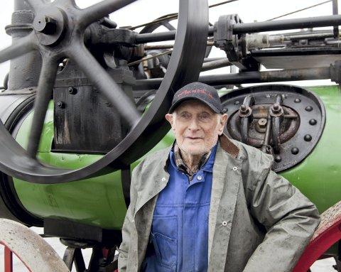 1907: Kjelepasser Torgrim Langnes ble nostalgisk når han fortalte om dampmaskinen som kom til Slåstad i 1907. – Den kom med tog og ble trukket opp til Disenå av fire hester og var i bruk i 50 år, sier Langnes.