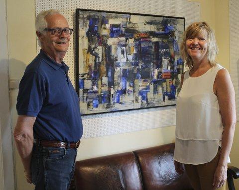 BLÅTT TIL LYST: Ingvild Solberg maler gjerne i blåtoner, og lag på lag. Det er fjerde gang hun stiller ut på Galleri Asbjørn.