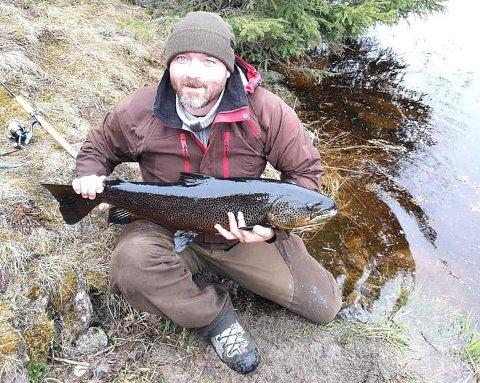 NY PERS: Stig Arne Berget med ørreten på 6,8 kilo før den ble sluppet ut igjen.