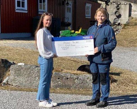 15 år gamle Karianne Moen-Pedersen i Brandval vil gjerne gjøre noe for andre. Nå vil hun hente tomgods til inntekt for førjulskveld for godt voksne. Bildet her er fra da hun overrakte 10.000 kroner til Klokkergården.