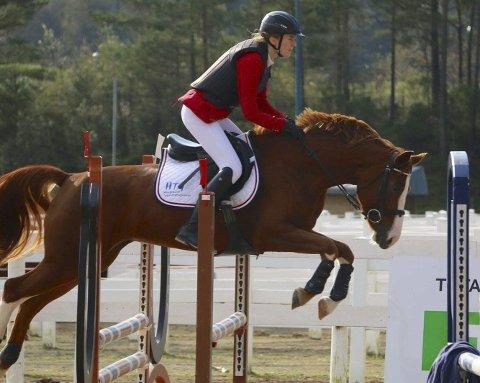 STEVNE: Ann Louise Egelandsdal og hesten Social Diva på stevne den 25.09.16 i Stord. Foto: Kjetil Sørmoe