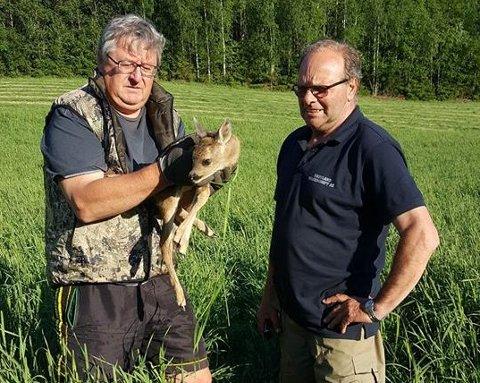 Her er Kjell Bakken, leder i fallviltgruppa, avbildet med bonde Amund Kjos ved en tidligere anledning.