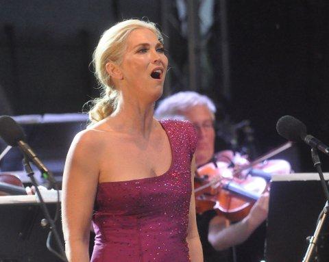 PÅ STJERNEKAMP: Eli Kristin Hanssveen skal synge duett med Knut Marius Djupvik i Stjernekamp på NRK kommende lørdag.  Bildet er fra Operafest Røykenvik i fjor.