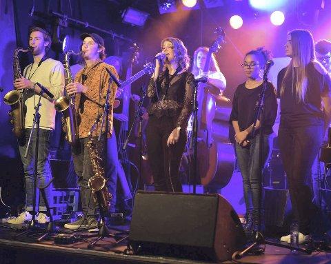 I HAMAR: 15 unge Sundavind-musikere på scenen på Hamar Jazzklubb lørdag.