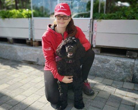 ID-hundekvipasje: Vilde Tunheim og den portugisiske vannhunden Kela (nyklipt) er klare for nye oppdrag.