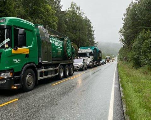 KØ: Det ble en del kødannelser på europaveien etter ulykka.
