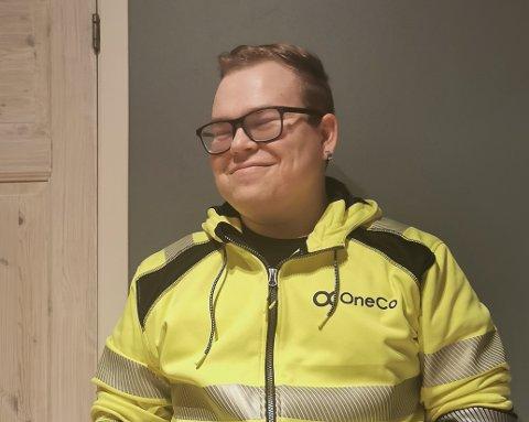 FIKK HØY REGNING: Lars Joacim Knudsen var neppe like blid da han åpnet strømregningen denne måneden. Men han sier at han uansett alltid prøver alltid å smile.