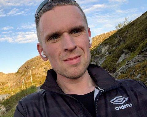 ERFARING MED BRØYTING. Frps Eskil Langås har selv kjørt brøytebil i flere år. I kommunestyret i Gamvik fikk han flertall for et forslag om å si foreløpig nei til innkjøp av hjullaster og lastebil.