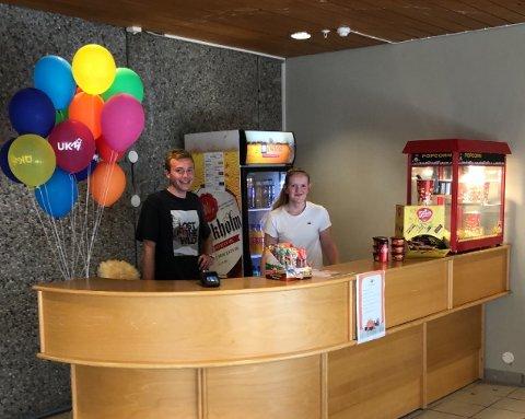 I foajeen utanfor kinosalen er det no kome på plass ein liten kiosk. Her står Kristoffer Eikeland (16) (f.v.) og Birgit Røssland (18) klar til å ekspedera kino-publikummet. (Foto: Karianne Solheim)
