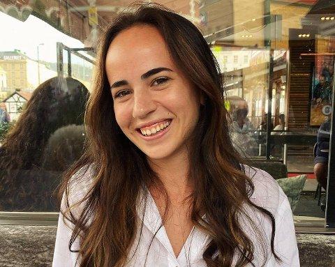 Maria Krakus (24) frå Valen har funne seg vel til rette i Bergen, men det er fleire ting ved Kvinnherad som ho saknar. Ho ser gjerne for seg å flytta heim dersom ho finn ein interessant jobb som er relevant for utdanninga ho held på med i Bergen. (Foto: Privat)