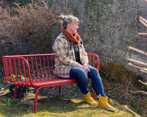 På den beste plassen i hagen har Hilde Blokkum plassert ein knall raud benk. Her skal det etter kvart byggast platting.