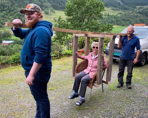 SPESIELL BERESTOL: Her ser du Kari i den spesialbygde stolkonstruksjonen like før turen gjekk til Vikastølen. Fremst ser du Mikal  Øvstebø, og bak ser du Trygve  Øvstebø som kom på ideen.
